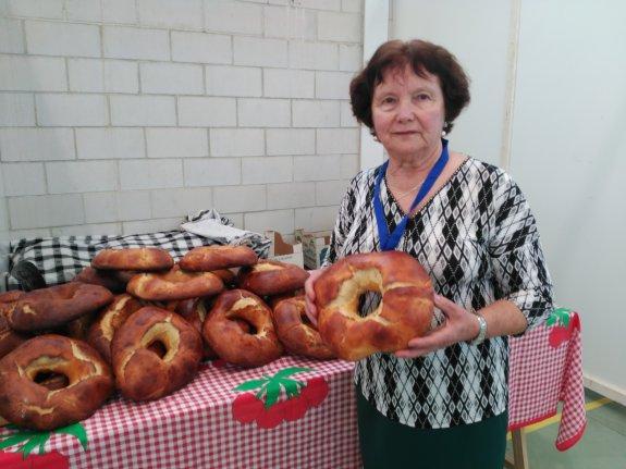 María Rodil muestra sus roscas de San Tirso de Abres durante la XX Feria de Artesanía